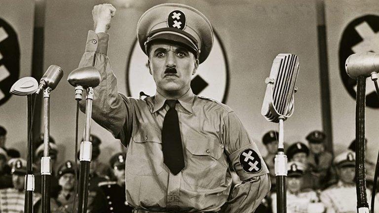 """По времето на Втората световна война широката публика започва да открива доста сходства между Чарли Чаплин и Хитлер - те са родени само с 4 дни разлика, a и двамата са се издигнали от бедност до световна известност. Имат и едни и същи мустаци. Именно тази физическа прилика вдъхновява Чаплин за следващия му филм - """"Великият диктатор""""."""