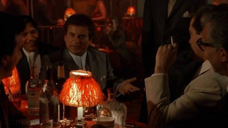 """""""Funny how? How am I funny?""""   """"Добри момчета""""  Отново актьорска импровизация и отново под режисурата на Скорсезе. Персонажът на Джо Пеши - Томи настойчиво и с прогресивна агресивност пита своя приятел и колега гангстер Хенри Хил """"защо му е смешен"""", """"как точно му е смешен"""" и дали го смята за клоун, който трябва да го развлича, провокиран от напълно безобидна и дружелюбна реплика на Хил.   Другите мафиоти на масата се смълчават, а Хенри застива, сякаш усетил, че неговият другар всеки момент може да го застреля, както си стоят в ресторанта. Томи е маниак и социопат, влюбен в насилието, но в случая само се шегува с Хенри като едновременно с това демонстрира кой е алфа-мъжкаря в компанията.   Безупречната актьорска игра на всички в сцената превръща този момент в чисто филмово злато."""