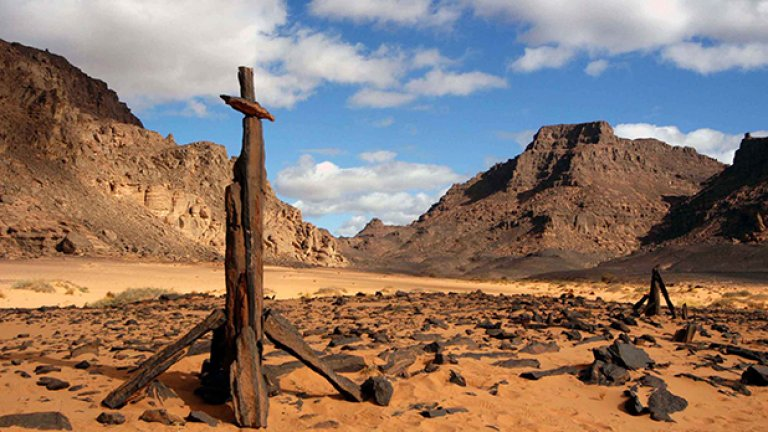 Пустинните пътепоказатели, наречени кернове, са дело на преминаващите по тези места туареги и са разбираеми само от тях. Чужденците ги приемат по-скоро като своеобразни монументи.