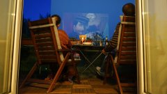 Как кварталните фасади се превръщат в екрани, които разнообразяват вечерите на съседите