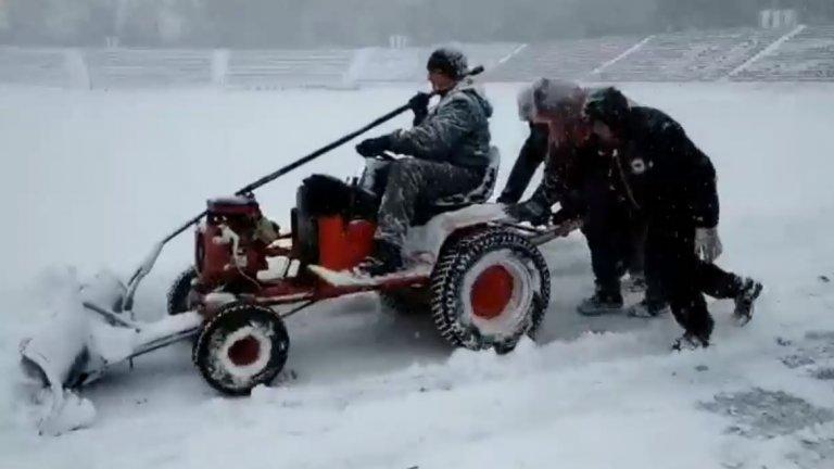 """Така изглеждаше """"Армията"""" по-рано днес. Снегът обаче спря и големите преспи бяха изчистени"""