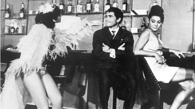 """Шведски крале (1967)  Истинска комедийна класика на режисьора Людмил Кирков за мечтите на българите от социалистическо време да притежават привилегиите и богатствата на Запада.  Спас (първата главна роля на Кирил Господинов) е част от строителна бригада и по време на отпуската си решава да отиде на море, където да си поживее като """"шведски крал"""". Но в скъпия курорт, за който толкова е мечтал, той не се чувства комфортно – изолиран и самотен е, а луксозните заведения и хубавите жени се оказват недостъпни. След серия от трагикомични случки Спас започва да разбира, че това, което му се е струвало примамливо, е само лъскава фасада, а истинският живот е там, където близките му го очакват..."""