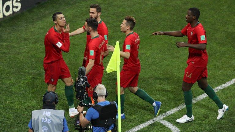 Феновете в Twitter спорят към кого е бил насочен жестът на Кристиано, който погали брадичката си след вкараната дузпа в 4-ата минута. Някои предполагат, че е подигравка с Де Хеа, а други видяха в това предизвикателство към Меси