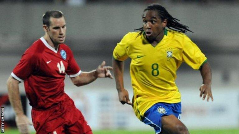 Джон Уилкинс и бившият полузащитник на Манчестър Юнайтед Андерсон по време на контрола между Сингапур и Бразилия