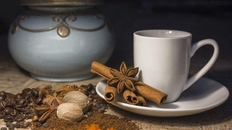 Канела вместо захар в кафето  Горчивият вкус на кафето кара мнозина да го пият с поне лъжичка захар - навик, който не е фатален, но може да бъде променен бързо и лесно. Вместо захар сложете в горещата си доза кофеин лъжичка канела - тя също притъпява горчивината, а освен това придава приятен аромат и не носи излишни калории за разлика от редица подсладители, с които поглъщате скрити калории.