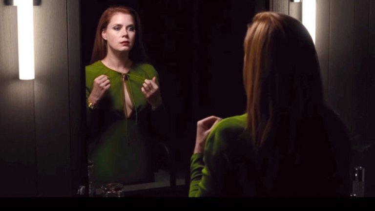 """Ейми Адамс  Адамс в никакъв случай не е традиционното красиво лице с тяло на манекенка. При нея тялото и лицето са част от таланта й, който й позволява забележителни метаморфози на екран. Броят на номинациите за големи награди говори сам за себе си. Номинирана е шест пъти за """"Оскар"""" за роли във филми като Vice, The Fighter и The Master. Проблемът е, че това отличие все й се измъква, но """"Американска схема"""" и """"Големи очи"""" се сдоби със """"Златен глобус""""."""