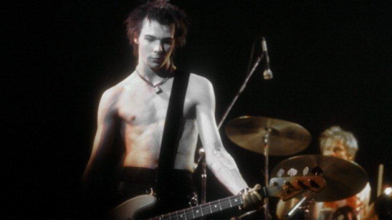 Правилото се оборва и от група като Sex Pistols, която превзема света с гръм и трясък, въпреки че Сид Вишъс почти не умее да свири на бас.