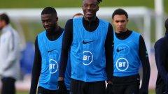 Тами Ейбрахам (в средата) беше футболистът, който заяви, че англичаните ще напуснат терена в София, ако дори един от тях стане обект на расизъм