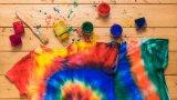 Боядисването на дрехи у дома е лесно и приятно начинание, стига да следвате тези няколко стъпки
