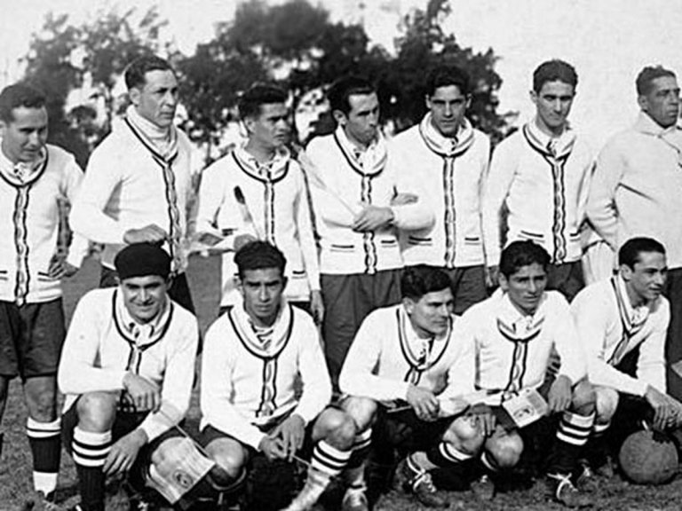 Хосе Мануел Лагуна (крайният вдясно от правите) като треньор на Парагвай по време на първото в историята световно първенство в Уругвай през 1930 г.