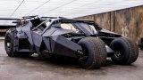 """Батмобилът, """"Батман в началото""""   Батмобилът изглежда като незаконно дете, създадено между Lamborghini и Hummer – нисък, черен, с мускулеста визия и ускорява от 0 до 100 км/ час за около 5 секунди. Под капака разполага с осемцилиндров двигател на Chevrolet и система за окачване, взета от състезателните камиони с марка Baja.   Произведени са четири такива автомобила за снимките на """"Батман в началото"""", като всеки от тях струва 250 хил. долара. Основата е от състезателен автомобил от NASCAR. Както много култови филмови коли, и тази е напълно функционираща. Единственият й проблем е слабата видимост от купето, заради което каскадьорите са тренирали по шест месеца, за да го карат из улиците на Чикаго."""