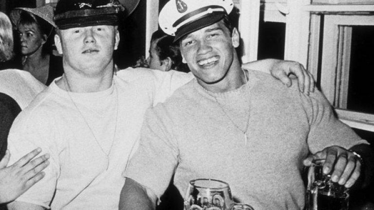 """""""Октоберфест"""" през октомври, 1967 година, в Мюнхен, Западна Германия. Шварценегер е вече бодибилдър. На снимката пие бира със свой приятел."""