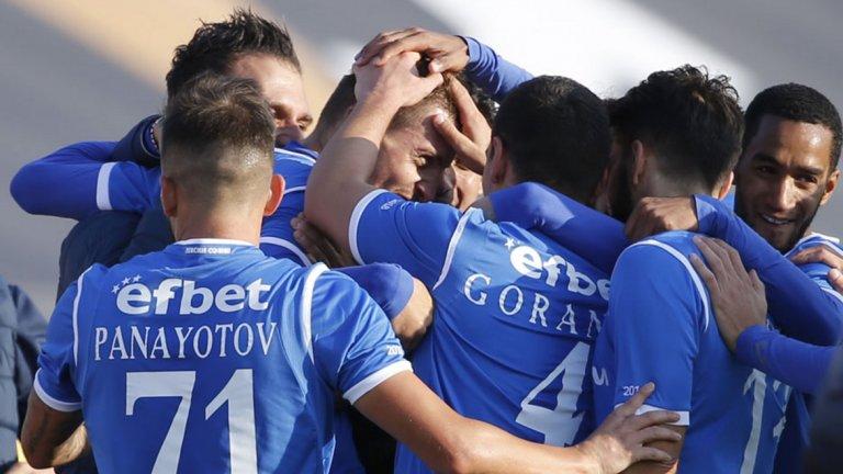 """Яблонски отново беше в прегръдките на съотборниците си, след като вкара третия гол за """"сините"""". Няколко минути по-рано Левски беше останал с човек по-малко"""