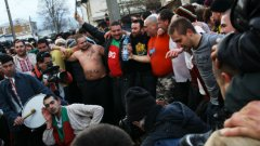 Ако няма официални церемони и панславянски изхвърляния, традицията с ваденето на кръста прилича на бабаитизъм