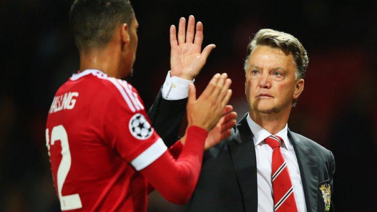 Крис Смолинг, Манчестър Юнайтед Още един добър мач на централния бранител, който изчисти от голлинията удар на Думбиа.