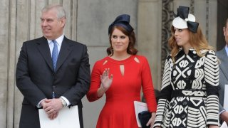 Принц Андрю и дъщерите му принцеса Юджини и принцеса Беатрис по време на сватбата на принц Хари