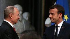 Френският президент Еманюел Макрон, който е само на 39 години и пое поста преди едва две седмици, беше спокоен, хладнокръвен, съсредоточен, в пълен контрол по време на съвместната им пресконференция в понеделник следобед