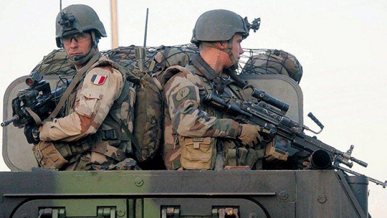 5. Франция На служба във френската армия са зачислени 388 635 души, от които 205 000 са на активна служба, а 183 635 са в резерва. Тя разполага с общо 1262 самолета и вертолета като 299 са изтребители, 299 щурмоваци, 433 транспортни самолета, 245 тренировъчни самолета, 570 хеликоптера, от които 54 са бойни. Сухопътните сили на Франция разполагат с 406 танка, 6330 бронирани бойни машини, 109 самоходни артилерийски установки, 12 полеви оръдия и 13 ракетни установки. Френските военноморските сили включват общо 118 кораба, като в тях се включват 4 самолетоносачи, 11 фрегати, 12 разрушители, 10 подводници, 18 патрулни кораба и 18 миночистачи. Бюджетът за отбрана на Франция възлиза на 40 000 000 000 долара.