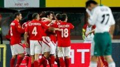 Футболистите на ЦСКА поздравяват капитана си Тодор Янчев, който откри резултата срещу Рапид (Виена)