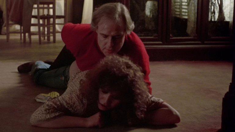 """""""Последно танго в Париж"""" Марлон Брандо е почти на 50 години, когато се съгласява да снима интензивния сексуален филм на Бернардо Бертолучи. Мария Шнайдер, за сметка на това, няма навършени 20 години и това е първата ѝ голяма роля. Ролята, която ще я определи като актриса, ролята, която тя мрази до последния си ден и ролята, в която всички я помнят и до днес. Брандо и Шнайдер играят двама души, които се срещат случайно в Париж и започват интензивна, на ръба на извратената, сексуална връзка. Бертолучи е заклеймен след излизането на филма, а сцената с маслото е една от най-култовите секссцени в киното и до днес."""