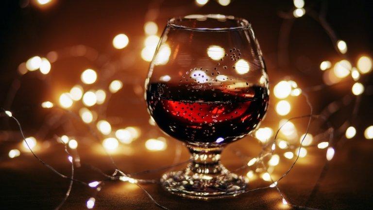 """""""Горчиво изкушение""""Още един коктейл за храбрите домашни миксолози. За да го постигнете, наливате една чаша червено вино, правите си късо силно еспресо, поемате дълбоко дъх, и го изсипвате при виното. Разбърквате силно и бързо коктейла и се наслаждавате на внезапен прилив на топлина и енергия. Комбинацията си върви чудесно с подправки като щипка канела, карамфил и ванилия."""