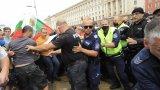 """Протестиращи блокираха за кратко пл. """"Независимост"""", полицията успя да ги изтласка"""