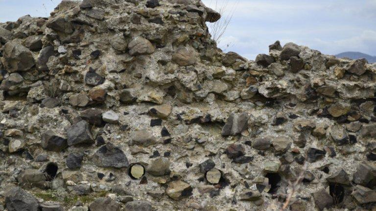 Дупките за дървените греди, поддържали пода на втория етаж, все още могат да се видят в стените.