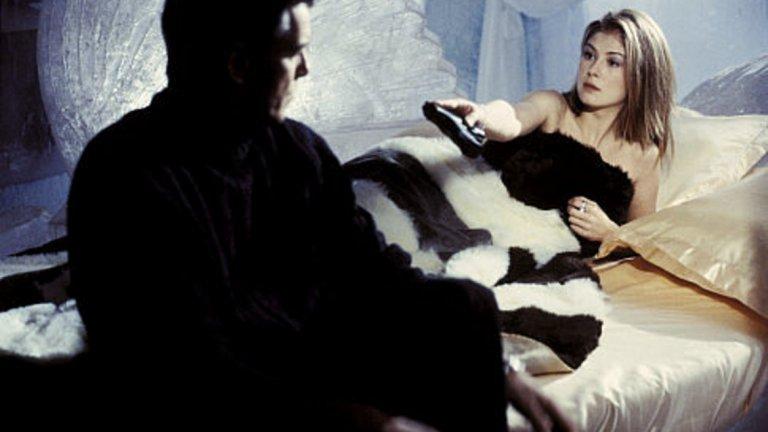 """""""Не умирай днес"""" (Die Another Day)  Международно признание Розамунд Пайк получава през 2002 г. с филмовия си дебют като момиче на Бонд Миранда Фрост.   Във филма Джеймс Бонд е изпратен да проучи връзката между севернокорейски терорист и диамантен магнат, който финансира разработването на международно космическо оръжие. Пайк играе агент под прикритие на MI6 и двоен агент. За ролята си получава награда Empire за дебют."""