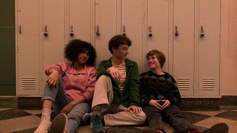 I Am Not Okay With This (Netflix)   Тийнейджърката Сидни (София Лилис) има да разрешава проблеми със семейството си, гимназията, приятелите и сексуалността си, когато загадъчни суперсили започват да се пробуждат дълбоко в нея. Адаптация на режисьора Джонатан Ентуисъл на графичния роман на Чарлз Форсман, чиято премиера е на 26 февруари по Netflix.