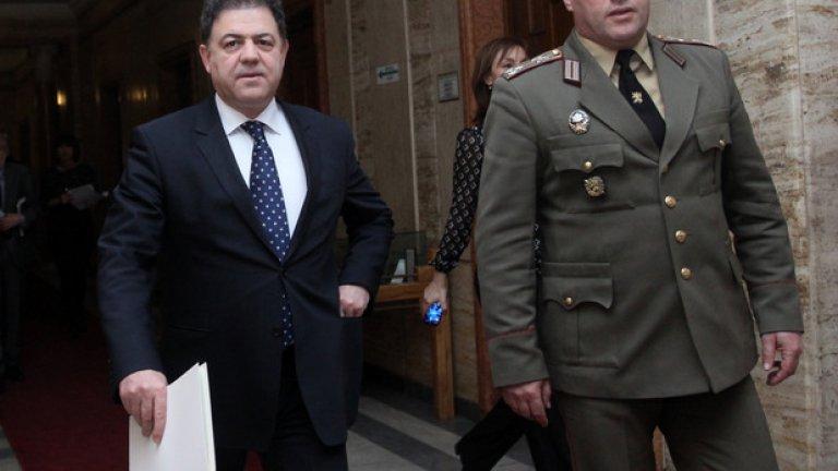 Във връзка с отбраната на въздушното пространство, военният министър посочи, че се надява на днешното заседание да получи мандат за покупка на нови изтребители