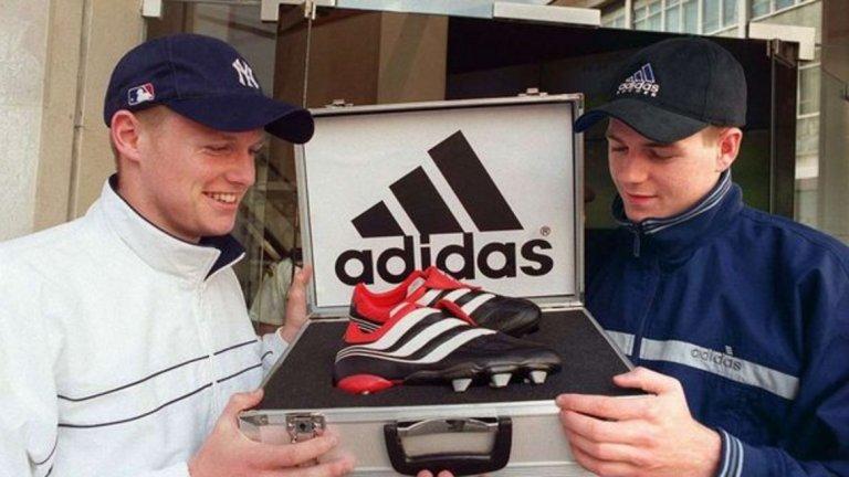 Adidas Predators През 90-те нямаше розови обувки. Нито пък електрикови и разни други шарении, които гледаме сега. Adidas Predators бяха най-култовите бутонки, на които се радваха всички от Джерард и Майкъл Бол на снимката до всяко момче, което се молеше на баща си да има такива.