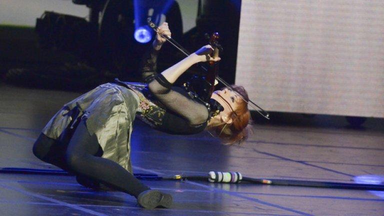 Линдзи Стърлинг: 6 милиона  Тя свири на цигулка, но едновременно с това и танцува. В музиката си смесва дъбстеп и класика и представлява един уникален артист, макар и в началото недооценен, както често се случва. Стърлинг започва да пуска своите клипове през 2007 г., след като не успява да постигне договор с никоя от големите звукозаписни компании. Сега те умират да се обвържат с нея, но тя вече не се нуждае от тях.