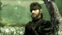 Metal Gear Solid 3: Snake Eater (2004)  Като цяло, наистина не е за вярване колко много неща е успял да промени Хидео Коджима в концепцията си при Metal Gear Solid 3: Snake Eater, без това да доведе до усещането за една съвсем различна игра. Нови са изцяло преработената система за използване на камуфлаж, както и отсъствието на прословутия радарен екран, преди това превърнал се в една от запазените марки на поредицата. Той е заменен от други сензори, които ви помагат с ориентирането, а за капак на всичко вече трябва да се грижите дори за стомаха на вашия герой, ако не искате гладът да се отрази на скоростта му на придвижване, на ръкопашните му умения и най-вече на мерника му.  Metal Gear Solid 3: Snake Eater е не просто перлата в короната на поредицата, но и игра, която никой сериозен почитател на тактическия екшън не би могъл да си позволи да подмине. Само не искайте да преразкажем историята (дори нейния увод) в рамките на този материал. Всеки, изиграл поне една MGS игра, отлично знае, че за това ще са необходими поне десетина страници.