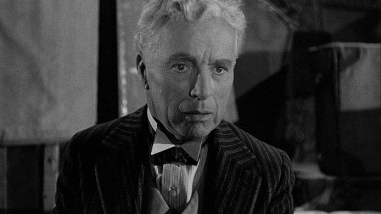 Чарли Чаплин умира в съня си в нощта на Коледа през 1977 г., когато е на 88 години. След себе си той оставя неповторими съкровища, които със сигурност ще живеят още дълго в света на киното.