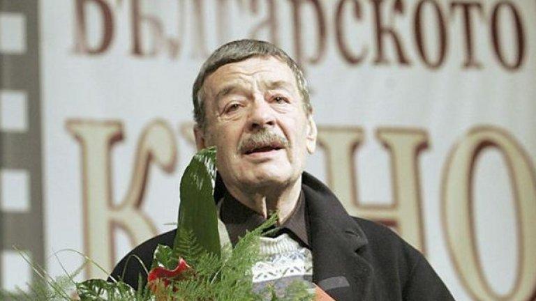 Камионът (1980)  Още един филм на Христо Христов (на снимката) с Григор Вачков в главната роля, който беше споменат и в студиото на БНТ като част от големите липсващи заглавия в топ 100.  На голям строеж става злополука и загива човек. Негови колеги трябва да откарат мъртвия до родното му село с камион, а на тръгване всеки от тях е потънал в собствените си грижи.   По пътя те срещат съселянин на мъртвия, който от години го мрази и сега решава да си отмъсти. При едно принудително спиране този човек взривява камиона и пътуващите са принудени да поемат ковчега на плещите си. Пътуването им до края се превръща в размисъл за победата на живота над смъртта.