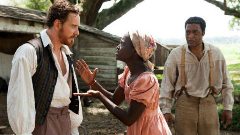 """Майкъл Фасбендер (вляво) е по-лошият робовладелец в """"12 години в робство"""""""