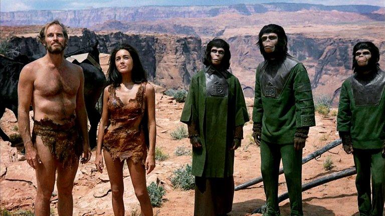 """Planet of the Apes (""""Планетата на маймуните"""") Година:1968Ако ще гледате някой от филмите с това име, то нека това е оригиналът, а не римейкът със същото име от 2001 г., който залага повече на ефектите, отколкото на идеята. Класиката на Франклин Шафнър със сигурност си заслужава - той е свободна интерпретация на романа на Пиер Бул, който разказва за трима астронавти, попаднали случайно на непозната планета, подобна на Земята. Действието, разбира се, се развива в бъдещето, а там те сварват неочакван социален строй: планетата се управлява от маймуни, които третират хората като животни. Излишно е да казваме, че фантастиката е и социален коментар, а ако не сте я гледали, може да попътувате назад до 1968 г., когато киното е било напълно различно от това, което днес познаваме."""