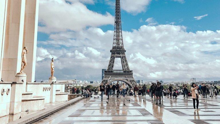 Париж, ФранцияКметът Ан Идалго бавно, но сигурно върви към град или поне към център без автомобилен трафик. Тя не действа чрез преки рестрикции, но булевард след булевард в Париж се превръщат в пешеходни. Историческо решение на Идалго е да затвори за коли булевард по продължение на река Сена и да го превърне в парк и пешеходна зона.   Според едно от последните ѝ решения е всеки уикенд улиците на първи, втори, трети и четвърти район на Париж да бъдат забранени за автомобили. Изключение се прави само за жители на въпросните квартали, но със строго ограничение на скоростта.
