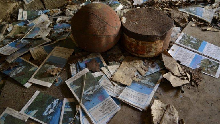 """Брошури на младежкото туристическо бюро """"Орбита"""" и стара баскетболна топка все още очакват чуждестранните си гости..."""