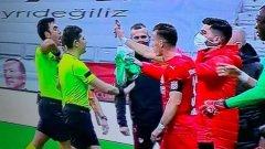 В Турция изгониха играч, показал на рефера повторение на телефона си (видео)