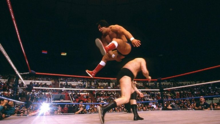 """""""Драконът"""" Рики Стиймбоут въведе великия удар с оттласкване от въжетата на ринга за засилка и """"хоризонтиране"""" на съперника с изпъната ръка."""