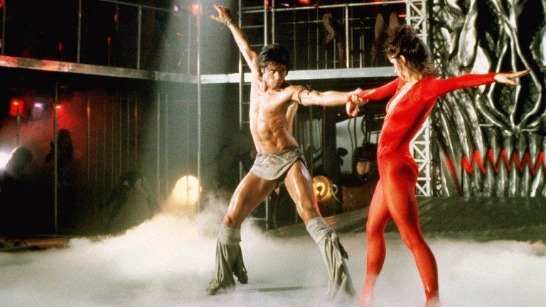 """""""Да останеш жив"""" (Staying Alivе)Година: 1983За разлика от обичания Saturday Night Fever от 1977 г., продължението от 1983 г. е доста недолюбвано и даже Джон Траволта не успява да го спаси със сексапил. Някои обвиняват за това повърхностната режисура на Силвестър Сталоун, а най-честите сравнения на неговото творение са със средняшки видеоклип, излъчван за пълнеж по MTV. Иначе фабулата следи историята на Тони Манеро, който се е посветил на кариерата си като танцьор в Бродуей (по-скоро на нещо като танцуващ Роки), докато личният му живот изостава от ритъма. Уви, на замисъла може и да не му липсва хъс, но на практика нещо сериозно куца."""