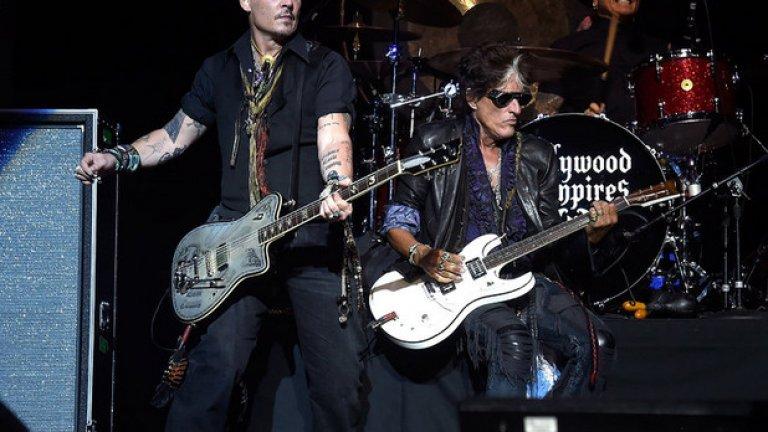 """Джо Пери, който сега е част от проекта """"Холивуд вампайърс"""" заедно с Алис Купър и Джони Деп, колабира по време на общ концерт"""