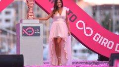 За разлика от Тур дьо Франс, в Джирото фланелката на лидера е с розов цвят.