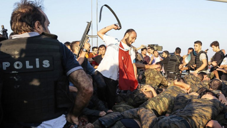 Турският президент Реджеп Тайип Ердоган обяви, че опитът за преврат е потушен.