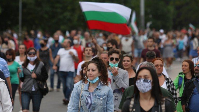 В центъра на София гражданите този път започнаха да се събират в 15:30 ч., отново в триъгълника на властта. Исканията са същите като в предишните дни - оставка на правителството и на главния прокурор.