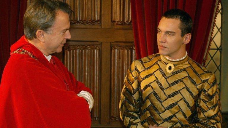 """Цар, господар и отявлена гадина Макар че предпочита да играе """"добрите момчета"""" във филмите, феновете на Майърс го познават предимно с ролята му на персонаж, който обича да издевателства психически и физически над останалите за забавление.  Първият пример е може би най-познатото му превъплъщение - играе Хенри VIII в историческата драма """"Династията на Тюдорите"""", следва ролята във филма на Уди Алън """"Мач пойнт"""", за да се стигне до последните му появи на екран в петия сезон на """"Викингите"""" и минисериалa на Netflix """"Дракула""""."""