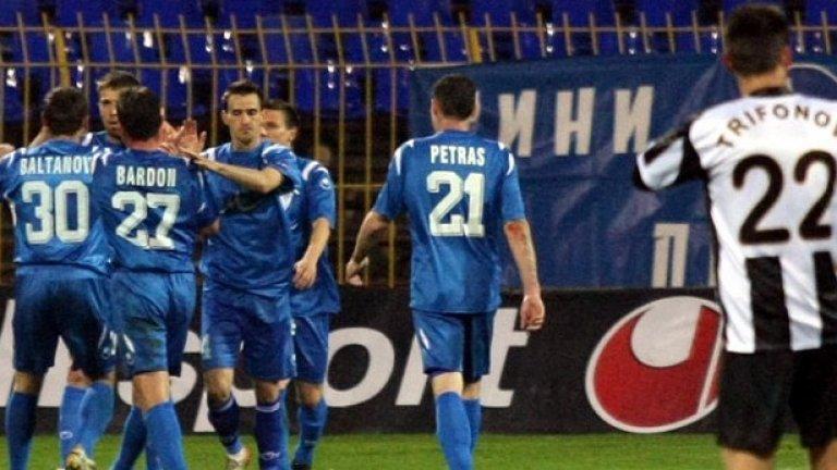 Играчите на  Левски се радват на първия гол на Мирослав Антонов със синята фланелка