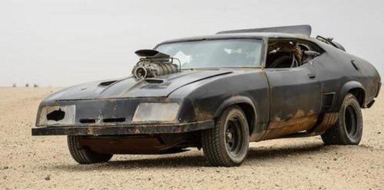"""XB GT Ford Falcon 1973, """"Лудият Макс""""   Едно от нещата, които внушават истински и безкомпромисен респект към Лудия Макс, е автомобилът му. Това е Ford Falcon от 1973 г., който върви с осемцилиндров двигател. Донякъде е учудващо, че колата е дело на австралийски, а не на американски дизайнерски екип – проектирана е в Мелбърн.   За целите на филма предната част на Ford Falcon е леко променена, снабден е с доста по-дебели гуми и двигателят се подава впечатляващо от предния капак. Освен това суперкомпресор осигурява на автомобила ударна доза мощност, когато тя е необходима на Лудия Макс. В реалния живот, за добро или лошо, подобна опция няма."""