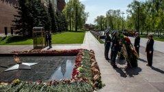 Преди началото на днешната среща между Ангела Меркел и Владимир Путин, двамата лидери поднесоха венци на гроба на Незнайния войн край стената на Кремъл